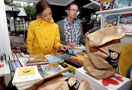 .O domingo pola mañá os libreiros entregaron un molete de Pan de Carballo con cada exemplar.