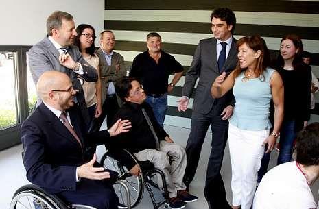 Beatriz Mato, cuya consellería financiará un incremento de plazas del centro, visitó las instalaciones.