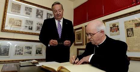 Lo que nunca pensaste que podías hacer con la fortuna de Amancio Ortega.Barrio firmó el libro de oro en presencia del presidente de La Voz.
