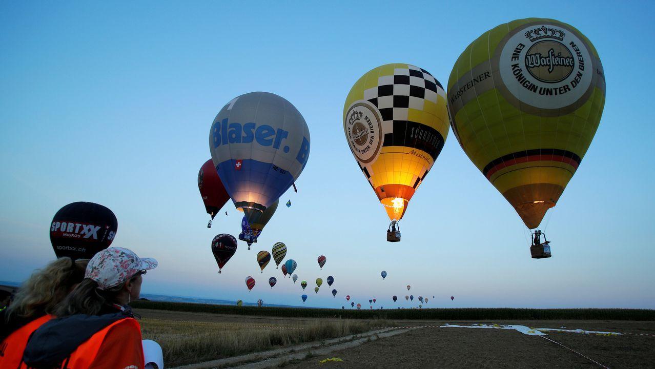 Los jueces observan a los competidores acercarse a un objetivo durante el Campeonato Mundial de Globos Aerostáticos en Austria.