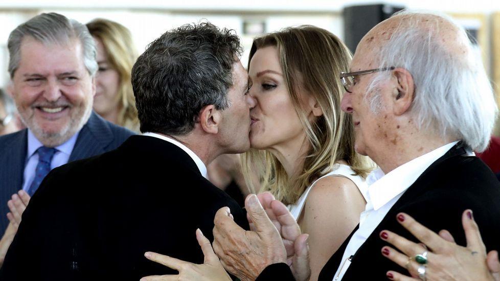 Banderas, felicitado por su pareja, Nicole Kimpel, en presencia de Méndez de Vigo y Carlos Saura