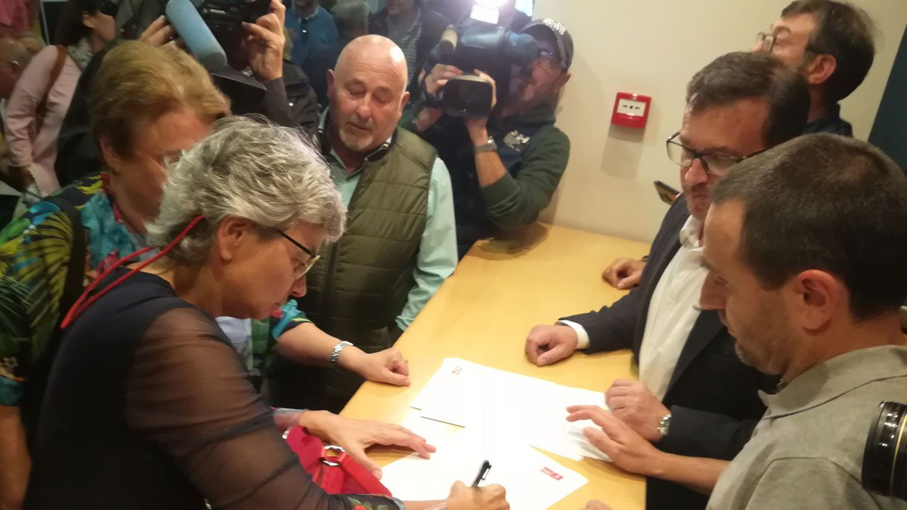 Boina de contaminación en Gijón.Ana González firma su inscripción en las primarias para cubrir la candidatura a la alcaldía de Gijón