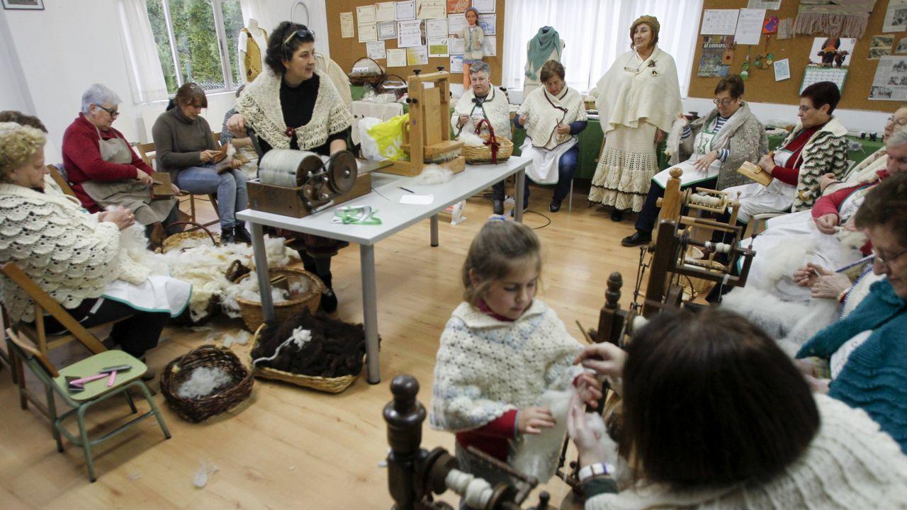 Descendientes de Jesús Penabad con los iconos rusos que han encontrado