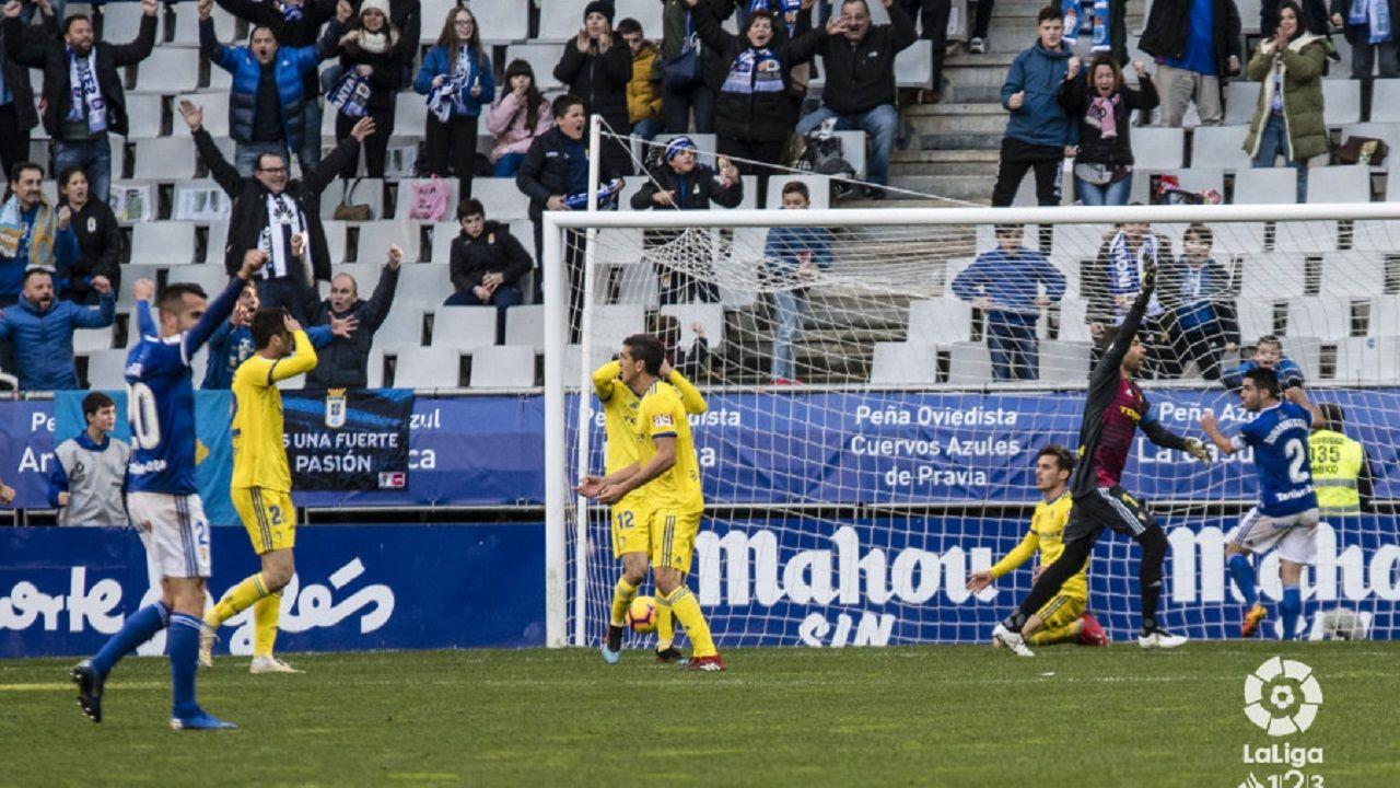 Diegui se agarra a la red tras marcar el 2-1 ante el Cádiz