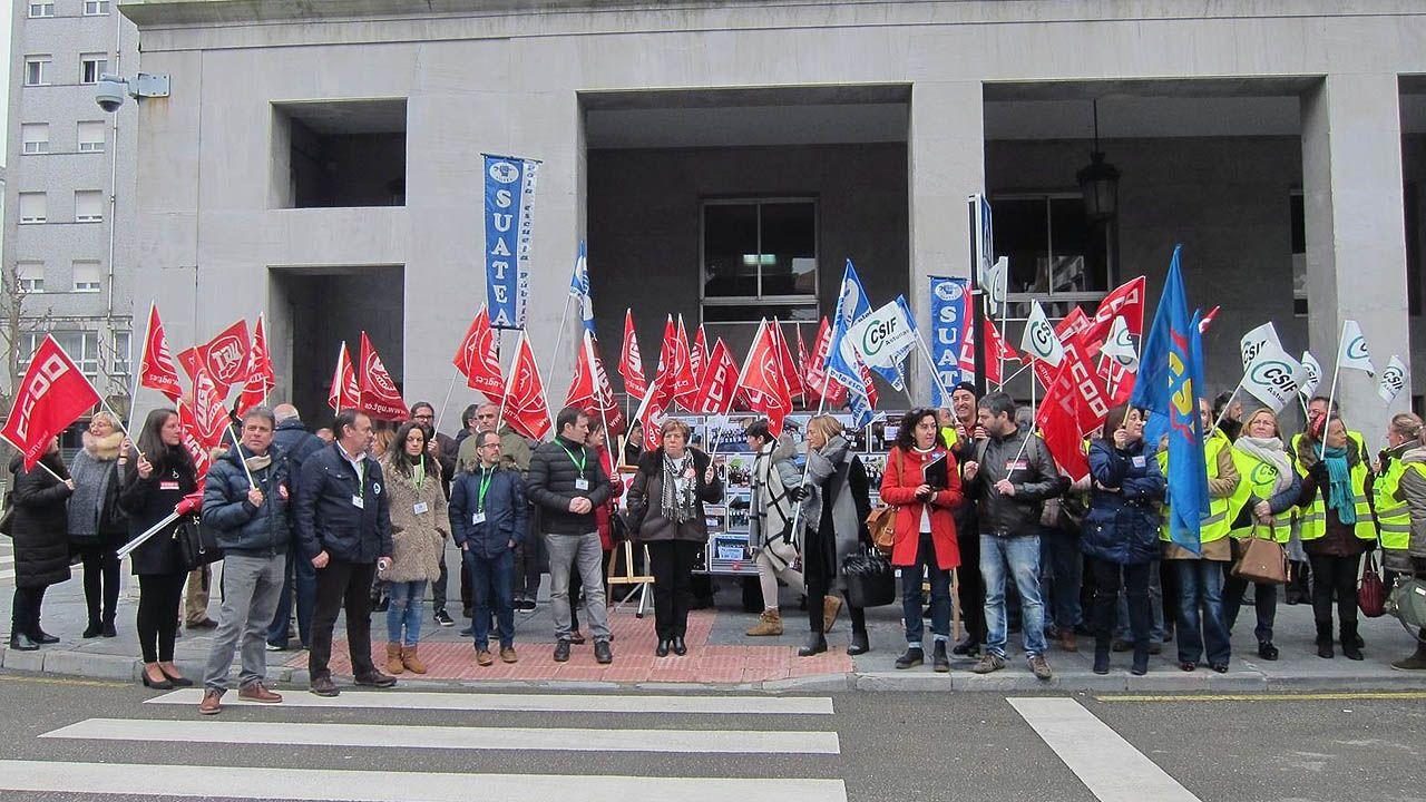 Los delegados de los sindicatos docentes, concentrados frente a la Consejería de Educación.Los delegados de los sindicatos docentes, concentrados frente a la Consejería de Educación