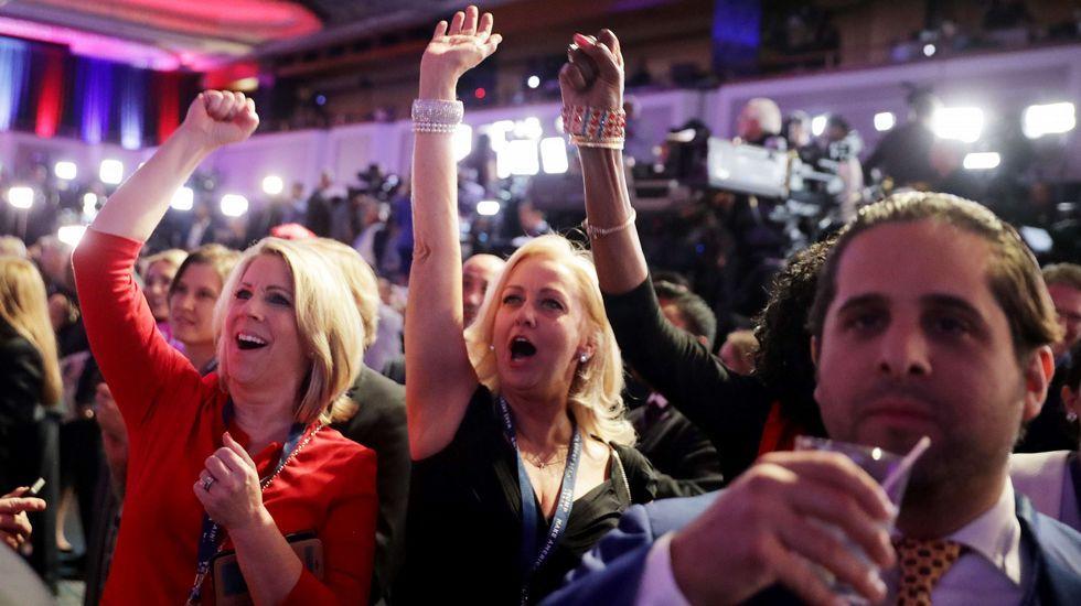 Seguidores republicanos celebran algunos de los resultados.