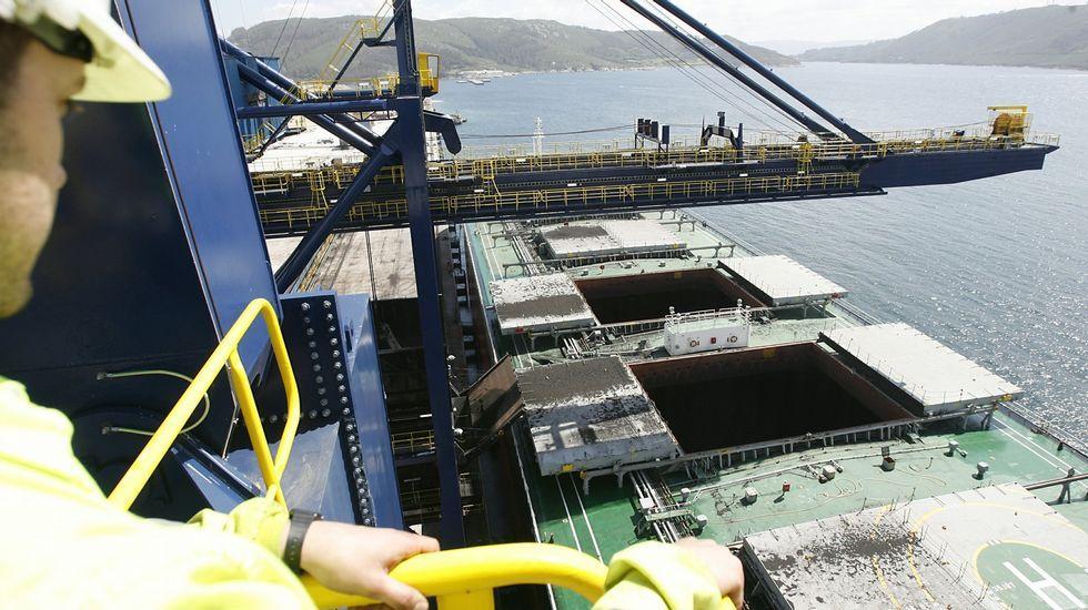 La «Méndez Núñez» zarpa de Ferrol para asumir el mando de la OTAN.Descarga de un carbonero en las instalaciones de Endesa en Caneliñas