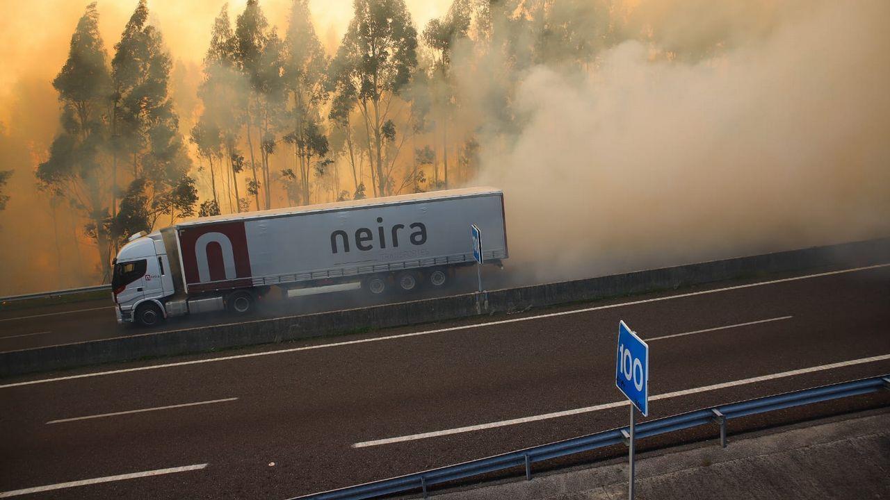 Imágenes del incendio iniciado en Dodro y que se extendió a Rianxo