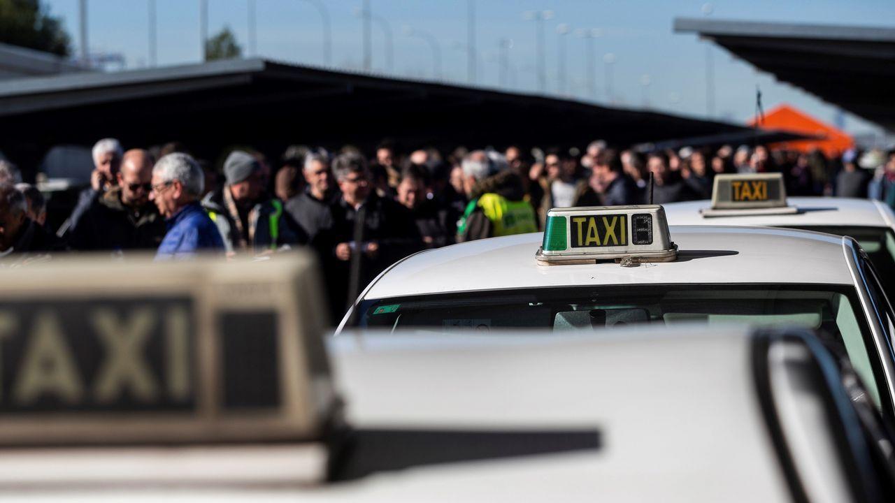 La primavera colorea Galicia.Vista del exterior de la T4 del aeropuerto de Madrid-Barajas Adolfo Suárez, donde los taxistas de Madrid han acudido a votar si seguían o no con la huelga
