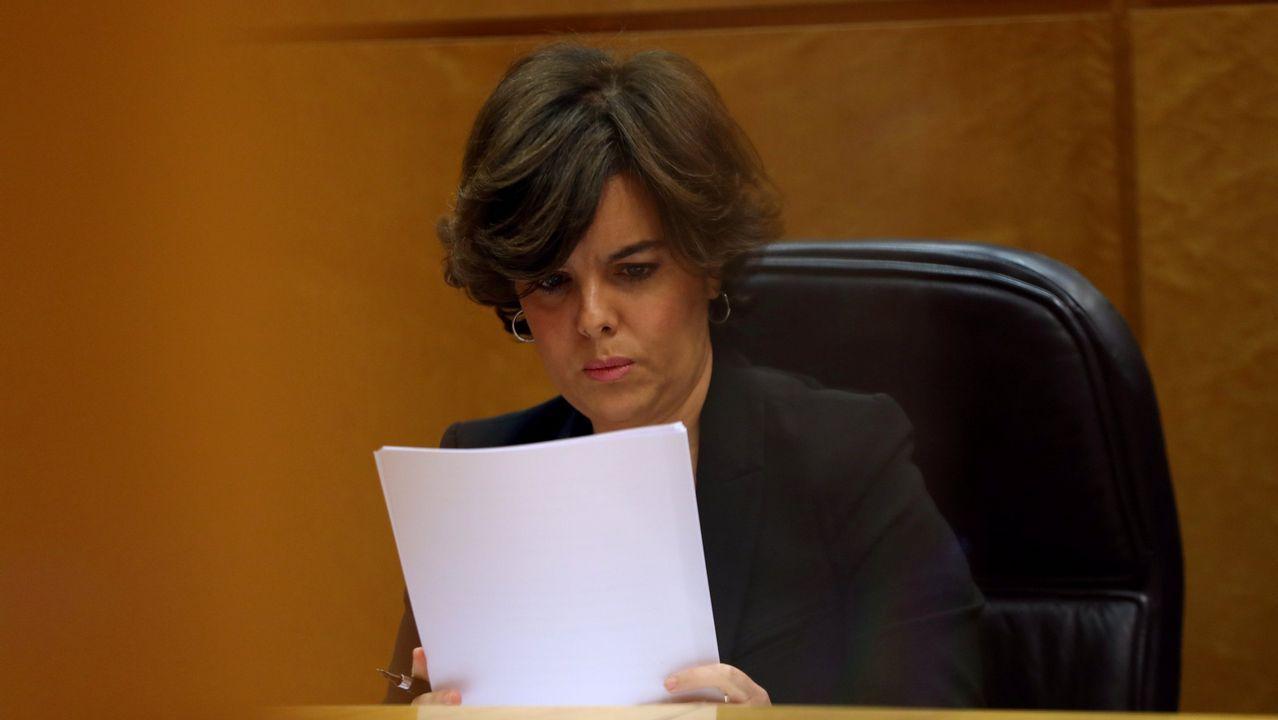 «Primero quiero hablar con Pablo Casado».Soraya Sáenz de Santamaría ha sacado el abanico que tanto ha utilizado como símbolo en esta campaña.