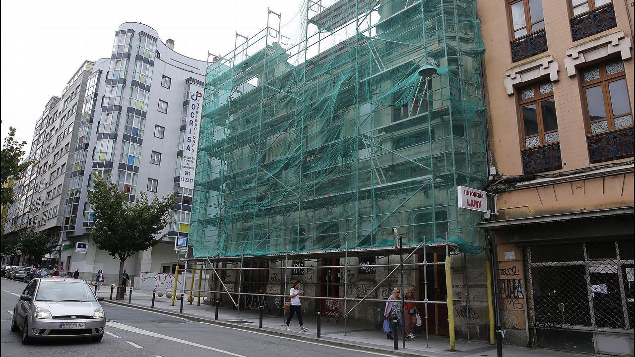 Avenida de Oza. Este edificio modernista lleva más de ocho años abandonado, causando problemas a los residentes de la zona.