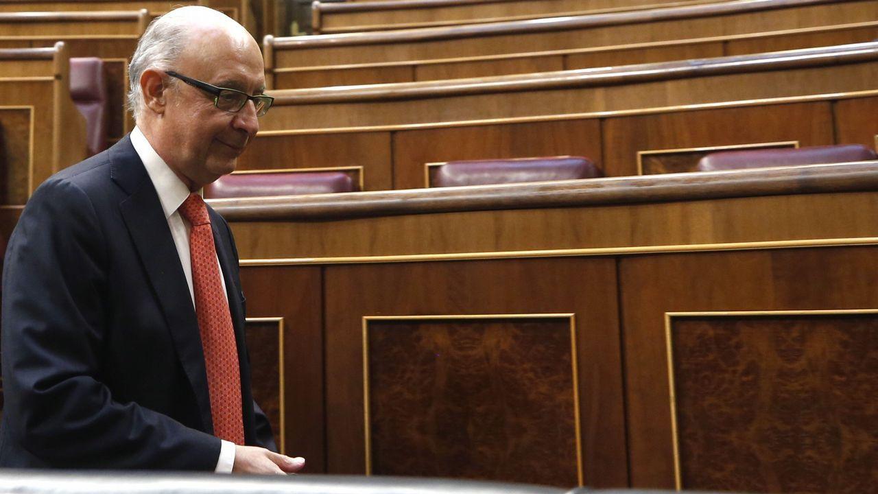 Rajoy afirma que «el PP es mucho más que diez o quince casos aislados» de corrupción.El ministro de Hacienda, Cristóbal Montor, convesa con el portavoz del PNV, Aitor Esteban