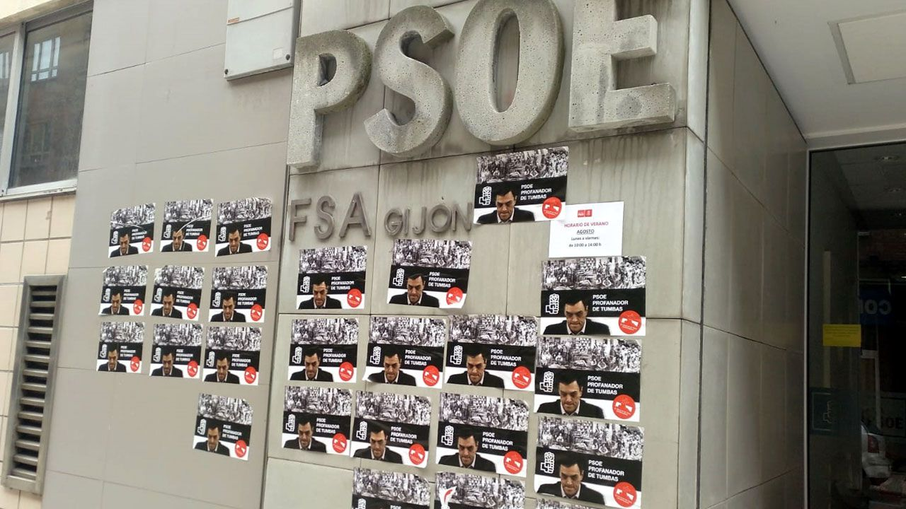 .Pasquines de extrema derecha pegados en la fachada de la Casa del Pueblo de Gijón.