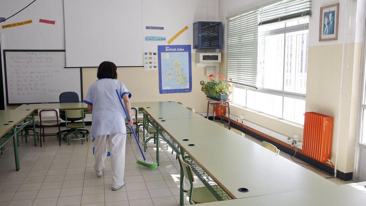 Los funcionarios penitenciarios cortan los accesos a la prisión de A Lama.Imagen de una trabajadora de la limpieza