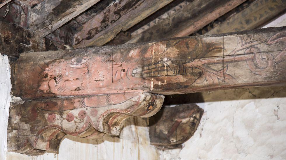 Cabeza de dragón o caballo en una viga del artesonado de la iglesia de pinol