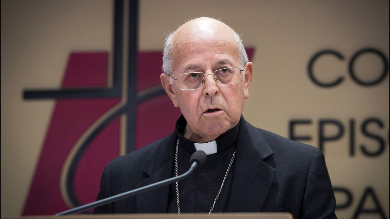 El obispo de Astorga, Juan Antonio Menéndez, durante la rueda de prensa sobre el caso del sacerdote suspendido por el Vaticano