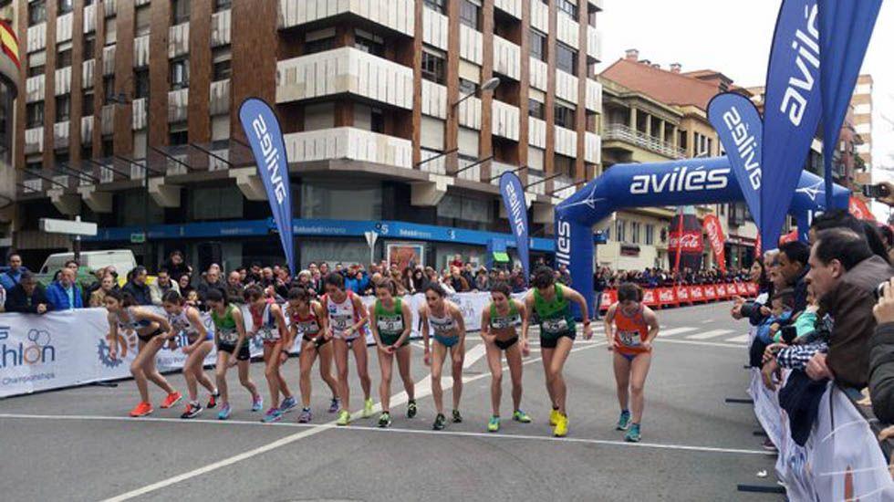 Un grupo de corredoras toma la salida en la milla urbana de Avilés.Un grupo de corredoras toma la salida en la milla urbana de Avilés