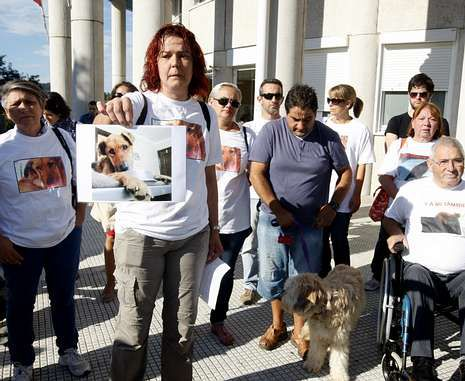 Os Palleiros protestó en A Parda cuando se juzgó a un vecino de Salcedo que dejó morir a dos perros.