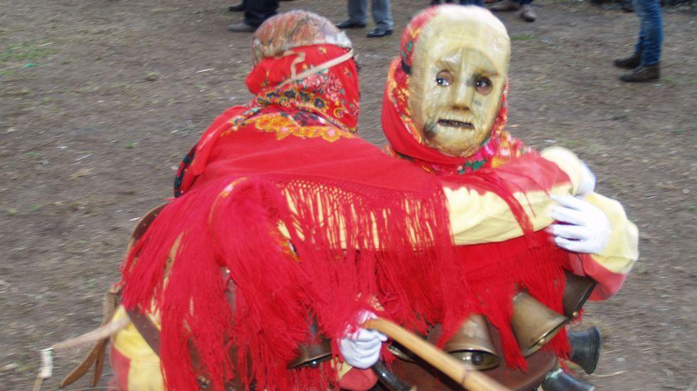 Las máscaras hechas con pieles son uno de los elementos típicos del Entroido Ribeirao
