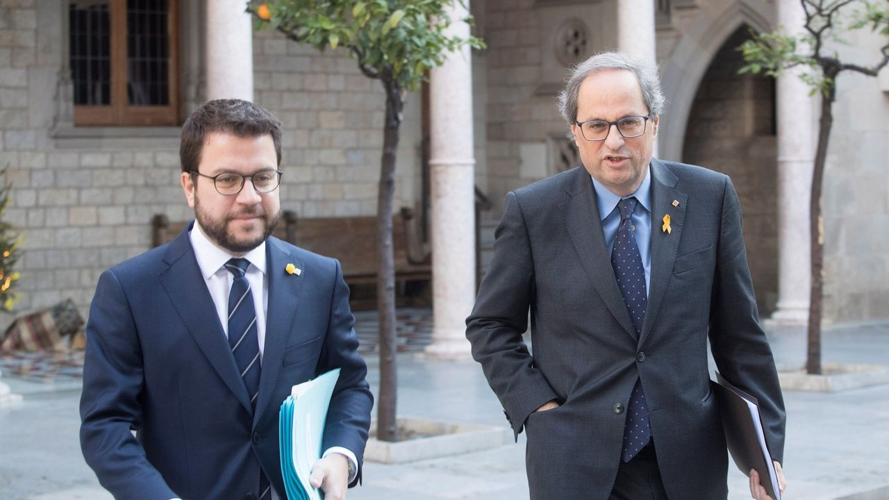 El PP ofrece las primeras concesiones a Vox en violencia de género.El presidente de la Generalitat, Quim Torra (derecha), y su vicepresidente, Pere Aragonés