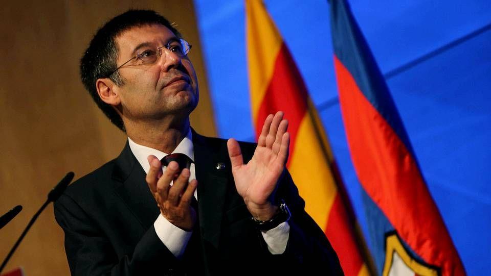 Las fotos del Messi-Ronaldo.Jorge Pérez, secretario general de la federación española, en el centro, entrega el título a David Páez