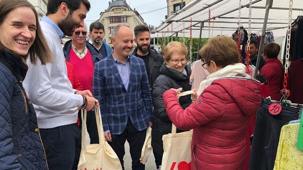 Los políticos visitan en campo da feira.Los presentadores del debate de Atresmedia