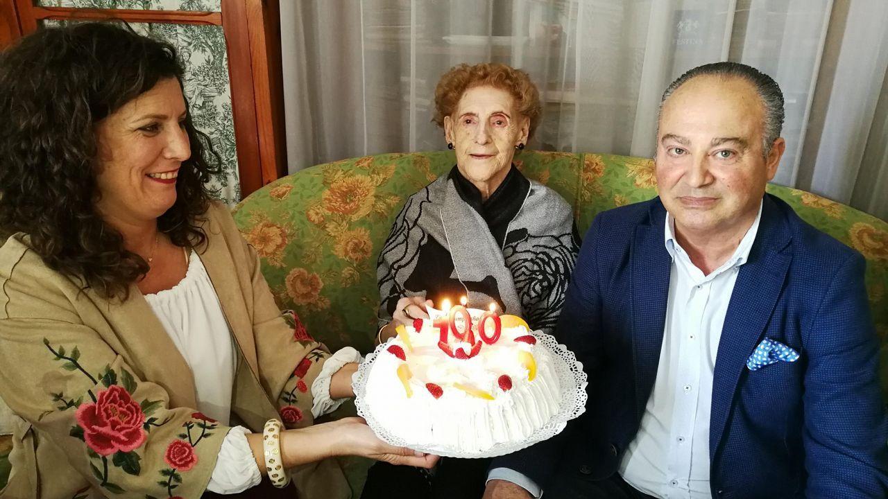 Florinda Mayán, en el centro, cuando cumplió 100 años