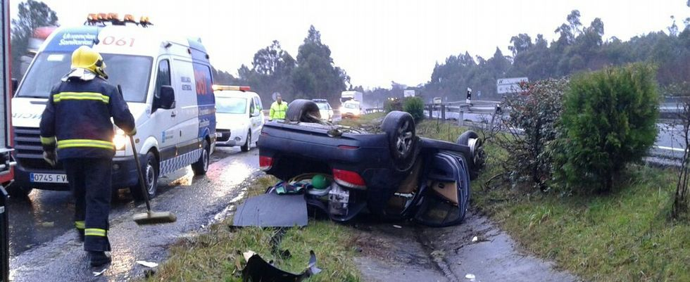 .El coche volcó y se arrastró varios metros hasta  caer en la mediana de la A-6.