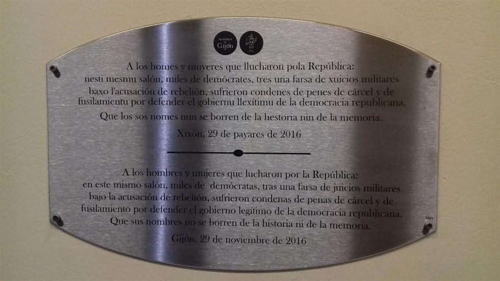 Espicha asturiana en el centro español de Nueva York.Placa en memoria de los republicanos perseguidos, en el CCAI