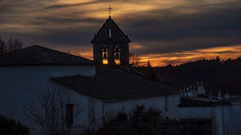 Una vista de la iglesia de Santa María de Saa al atardecer
