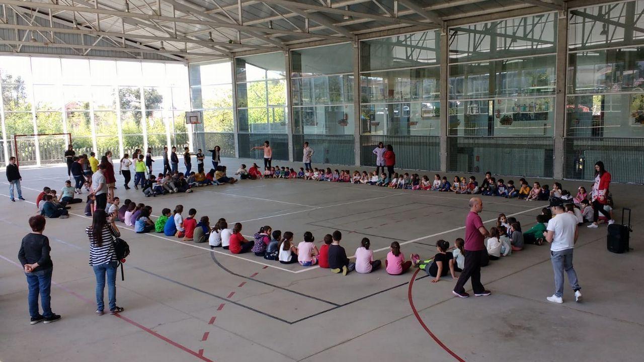 Protesta en los colegios de Rianxo por el incendio.Minuto de silencio en el Ana María Diéguez