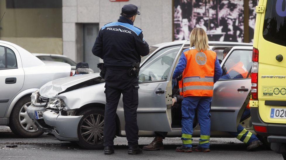 Fotografía de archivo de un agente de la Policía Local de Monforte en un accidente de tráfico