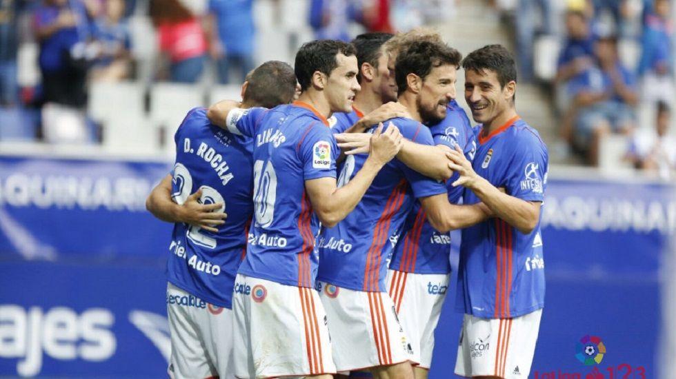 Los jugadores del Oviedo celebran un tanto