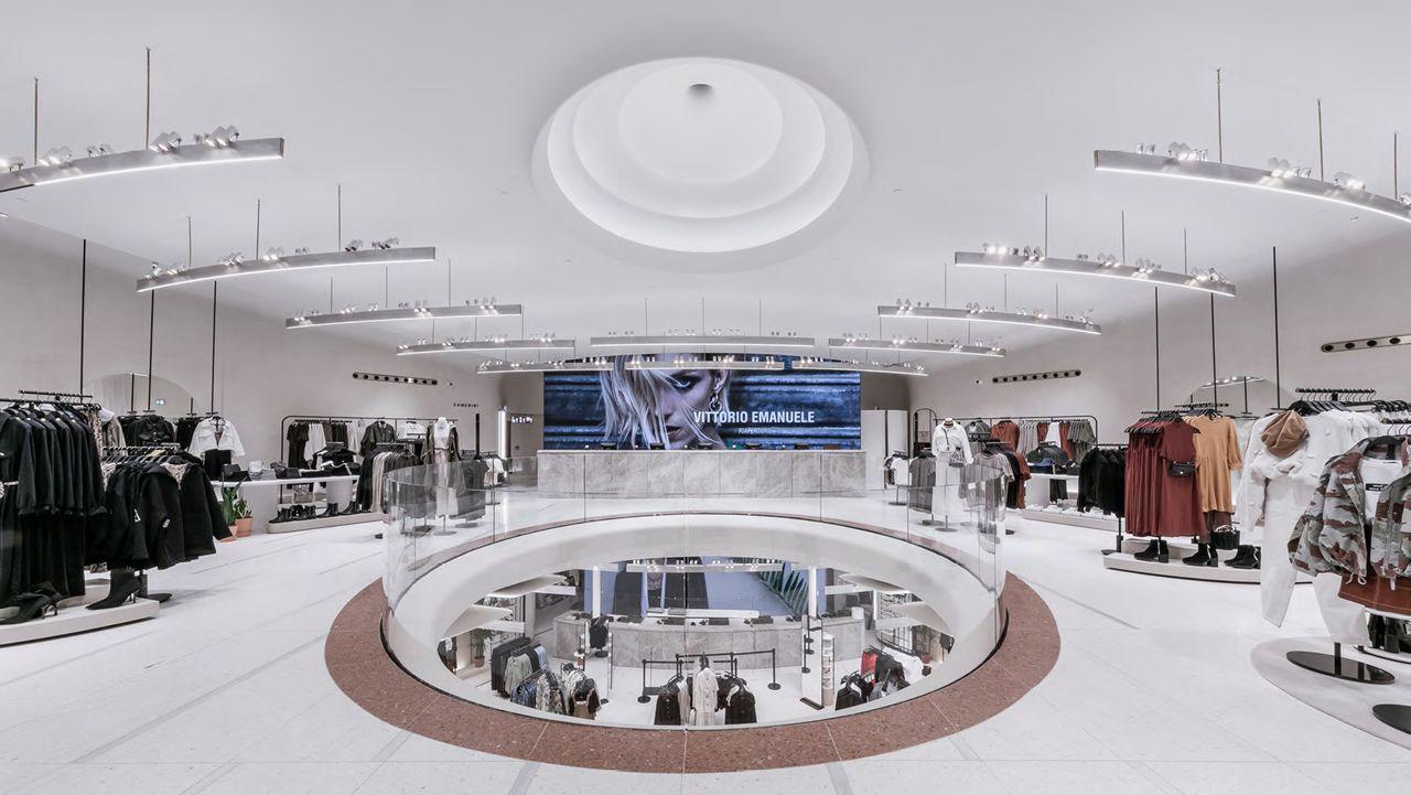 Zara se reposiciona en Milán.La reforma incorpora detalles inspirados en la sala de cine, como estas lámparas que recuerdan las antiguas butacas