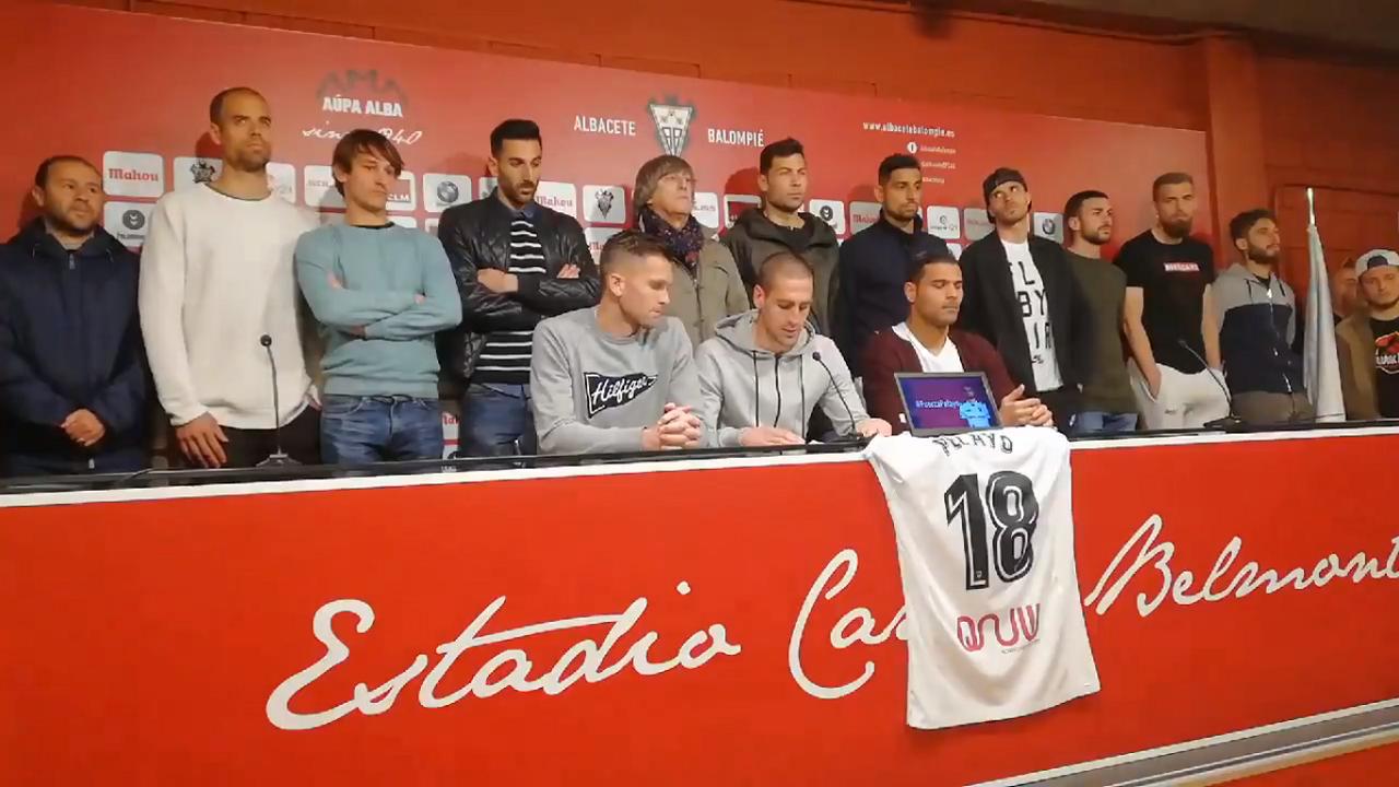 Pacheta Real Oviedo Requexon.Jugadores y cuerpo técnico en rueda de prensa
