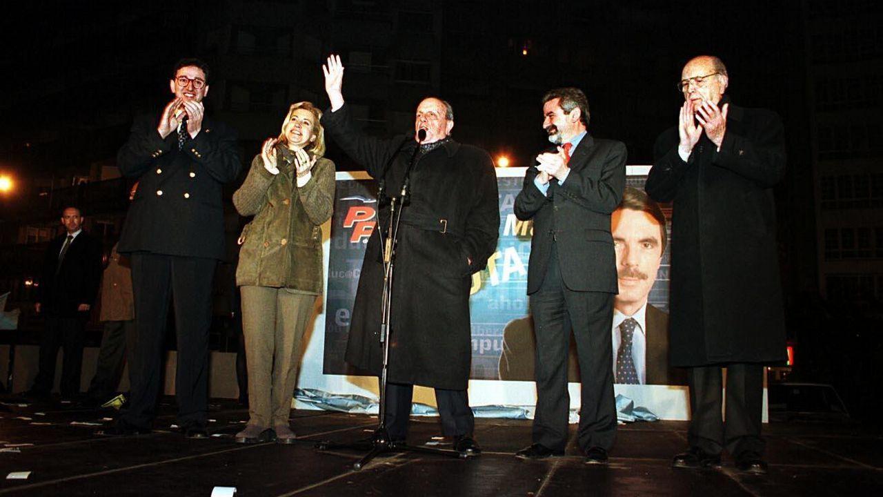 .Fernández Albor, primero por la derecha, acompaña a Fraga durante la pegada de carteles del PP en el año 2000