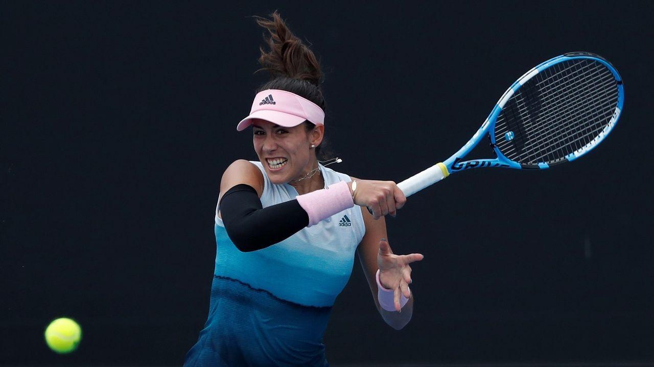La tenista española Garbiñe Muguruza en acción ante la china Saisai Zheng, a la que venció hoy en el Abierto de Australia 2019 disputado en Melbourne (Australia)