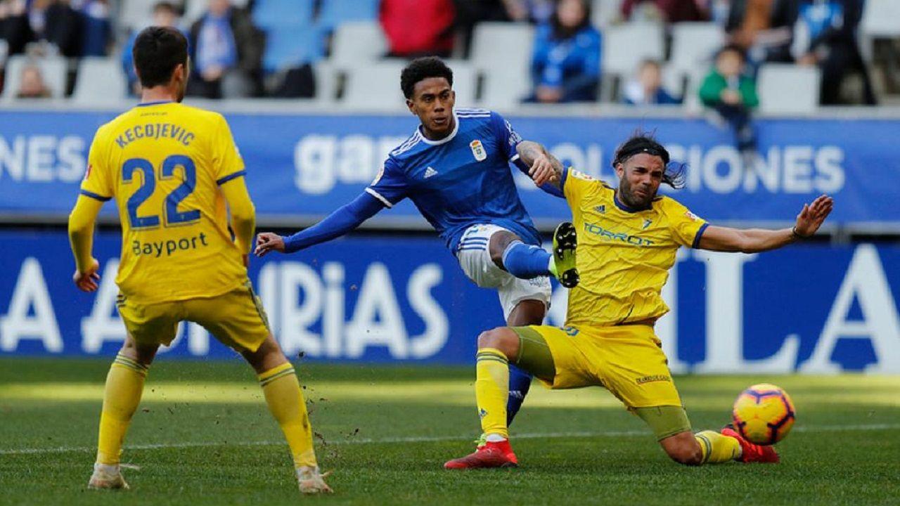 Yoel Bárcenas dispara ante Sergio Sánchez en la jugada del 2-1