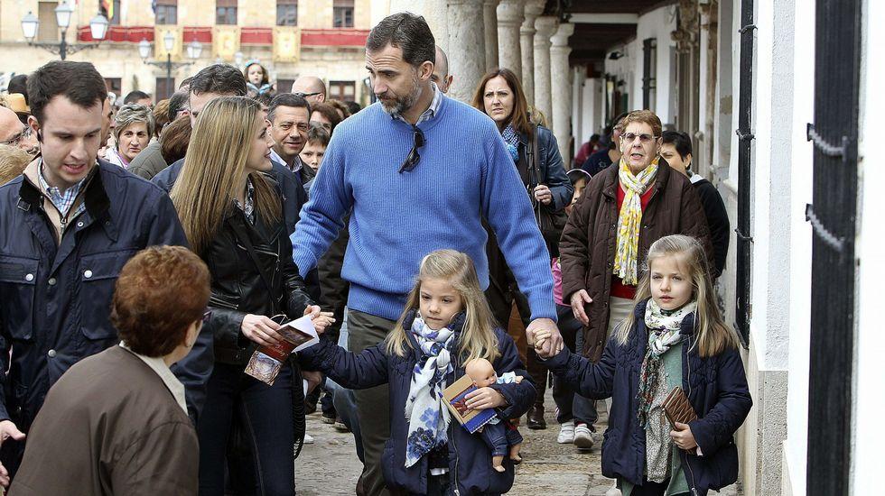 .Los príncipes de Asturias junto a sus hijas, las infantas Leonor y Sofía durante la visita privada que realizaron en marzo del 2013 a Almagro (Ciudad Real), ciudad considerada conjunto histórico-artístico y uno de los principales destinos turísticos de Castilla-La Mancha.