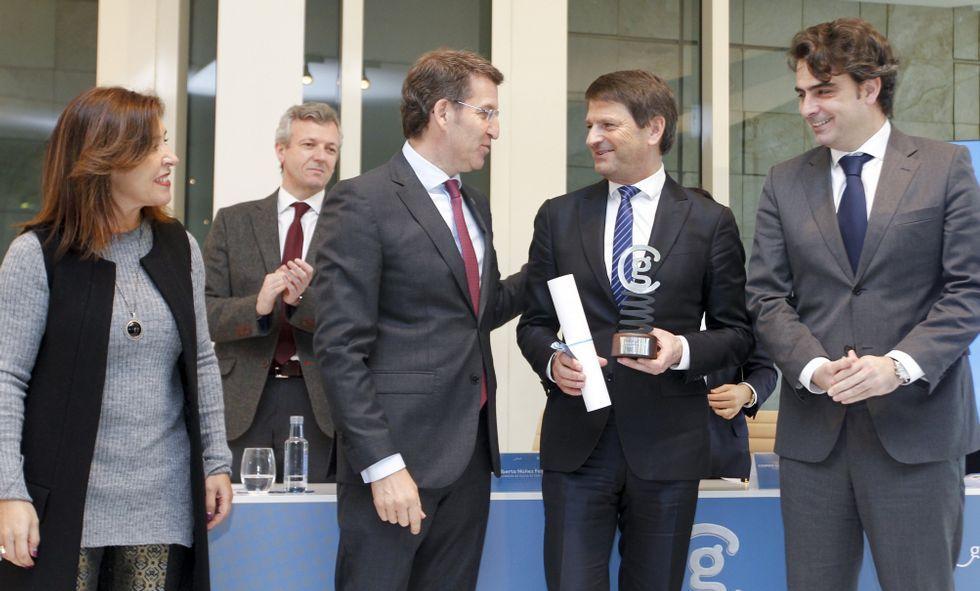 Regos, alcalde de Ordes, con Feijoo, Rueda, Beatriz Mato y el presidente de la Diputación.