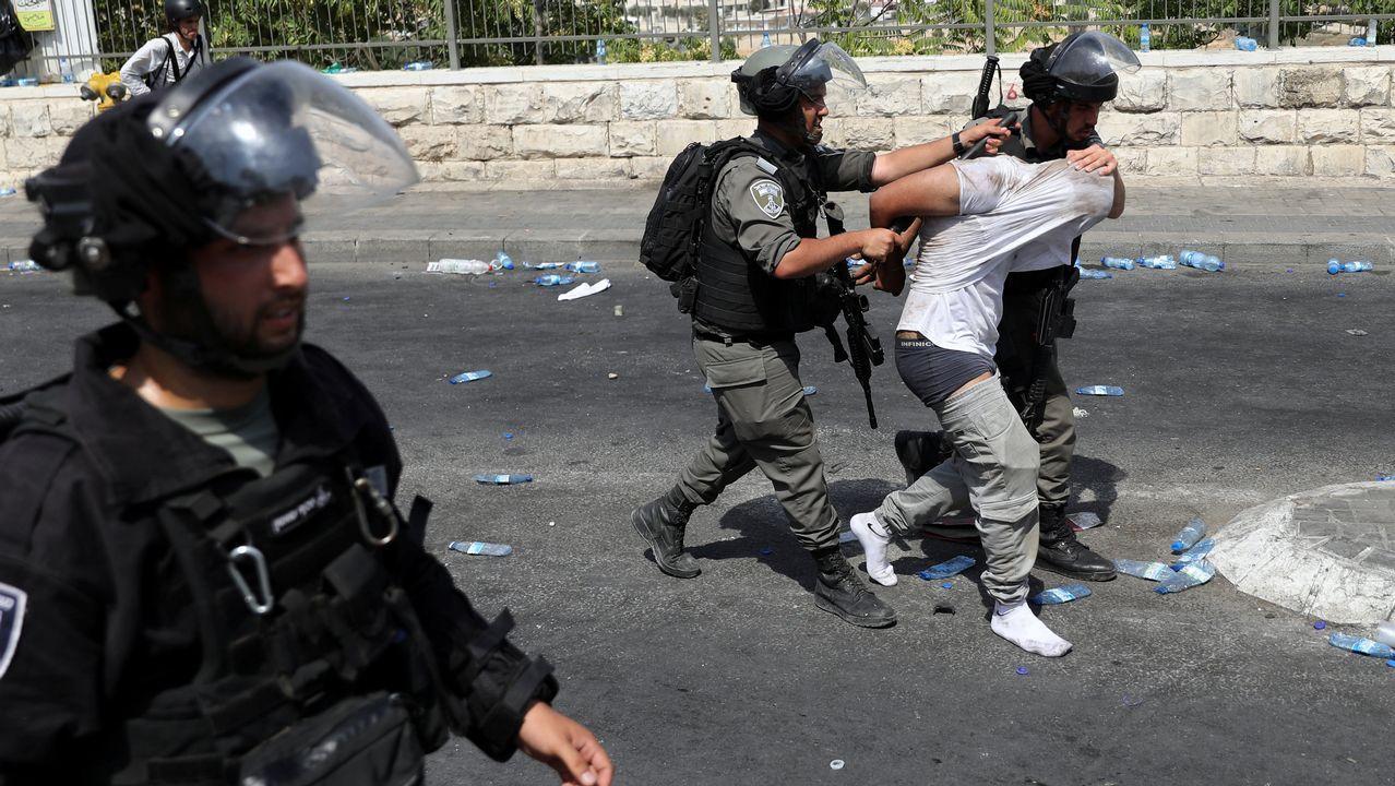 Las fuerzas de seguridad israelíes trasladan a uno de los detenidos en Jerusalén