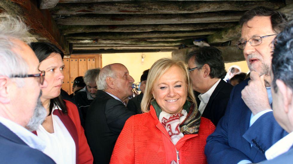 Mariano Rajoy, con Mercedes Fernández y Susana López Ares, delante de Isidro Fernández Rozada y Ovidio Sánchez..Mariano Rajoy, con Mercedes Fernández y Susana López Ares, delante de Isidro Fernández Rozada y Ovidio Sánchez.