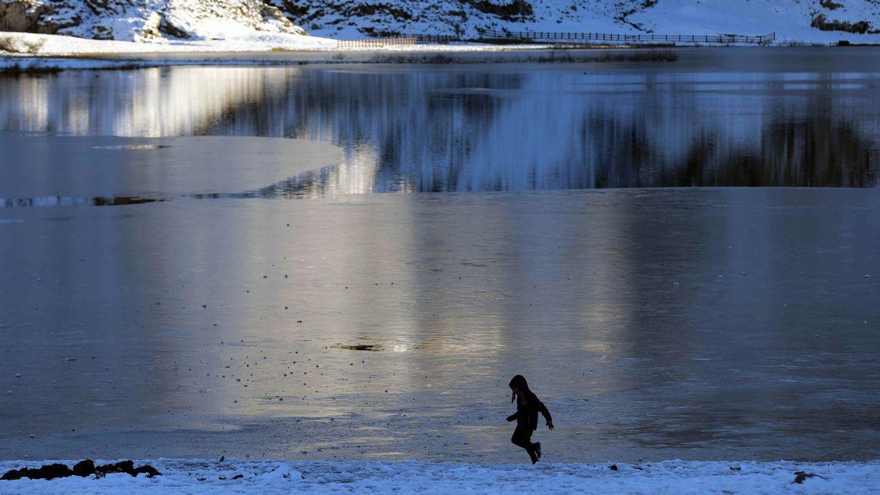 Atardecer en los lagos de Covadonga, en el parque Nacional de Picos de Europa, que este año celebra el primer centenario de la creación del Parque Nacional de la Montaña de Covadonga, primer parque nacional de España. EFE/José Luis Cereijido