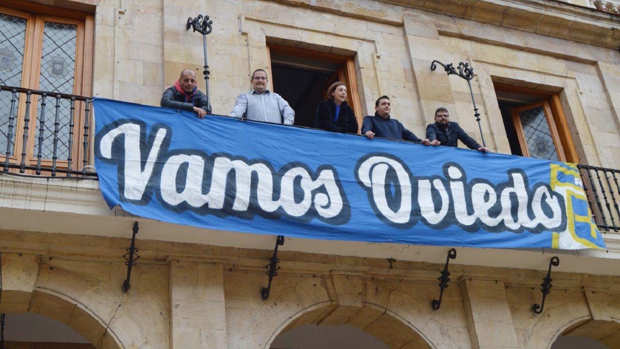 Gol Ibra Real Oviedo Sporting derbi Carlos Tartiere.Pancarta de apoyo al Real Oviedo colgada en el Ayuntamiento