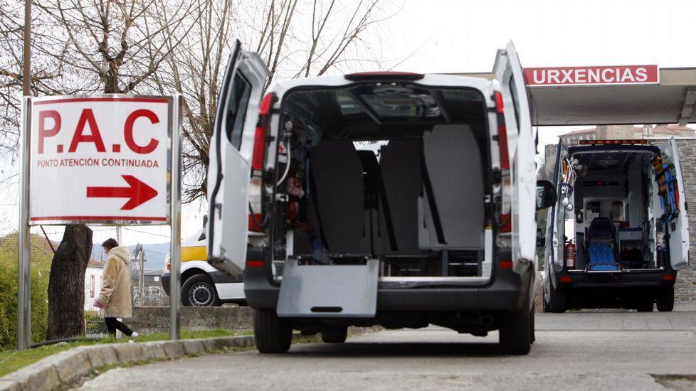 Ambulancias junto a la entrada de urgencias del hospital de Monforte