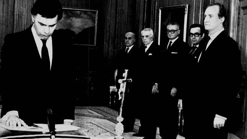 González jurando su cargo ante el rey