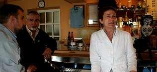 Manuela García conversa con vecinos de Vilasantar a la hora del café en uno de los bares de este concello | César DELGADO