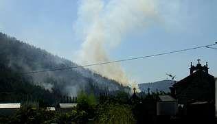 Los montes de la parroquia de Queizás fueron los más afectados por el incendio de ayer por la tarde   COLMENERO