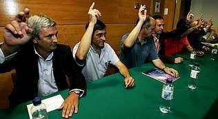 Jorge Domínguez -primero por la izquierda-anunció ayer una línea continuista en su gestión | VÍTOR MEJUTO