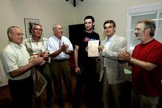 El premiado, en el centro, verá publicada su obra poética  | MIGUEL VILLAR